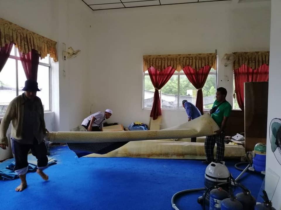Sumbangan wakaf karpet dari masjid Tanjung Dawai
