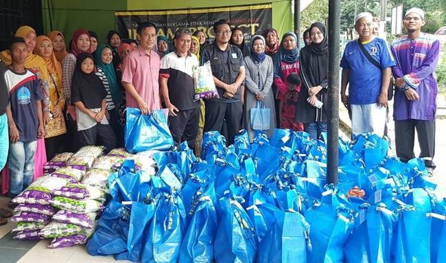 Memberi kit sumbangan makanan dapur bagi asnaf dan bantuan material