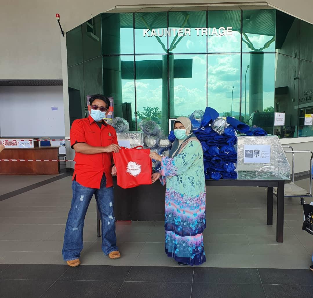 Penyerahan 100 pelindung muka, 2 kotak aerosol dan 350 PPE kepada hospital Kuala Krai.